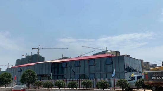屋顶为红色彩钢搭建的四坡五脊顶图