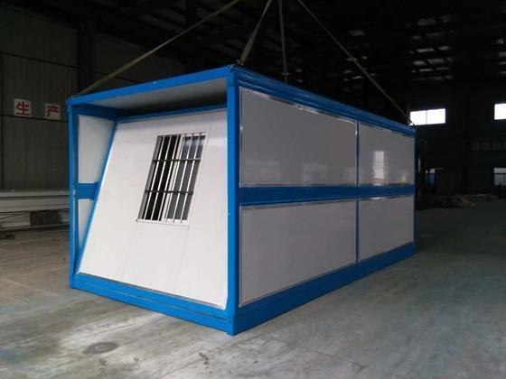 安装中的折叠式集装箱活动房