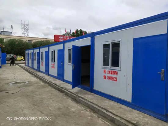 蓝色框架与白色墙面的山南折叠集装箱活动房图