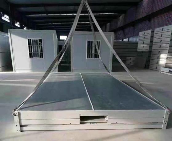 准备吊装的白色折叠箱房