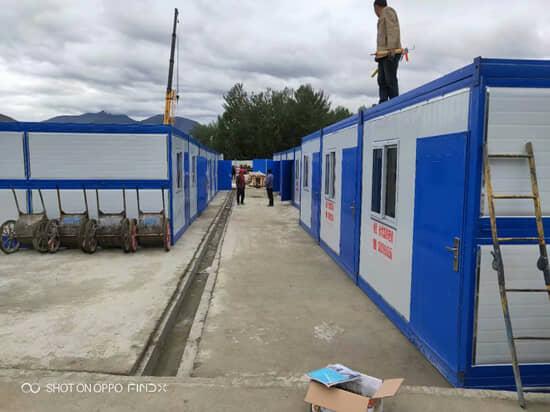 安装师傅站在折叠箱房顶部,该型房屋每平方抗重性为200kg