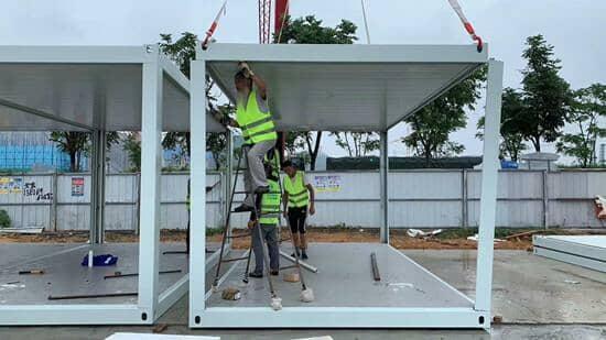 打包箱房安装分为三步骤,既底部+立立柱+盖顶部图