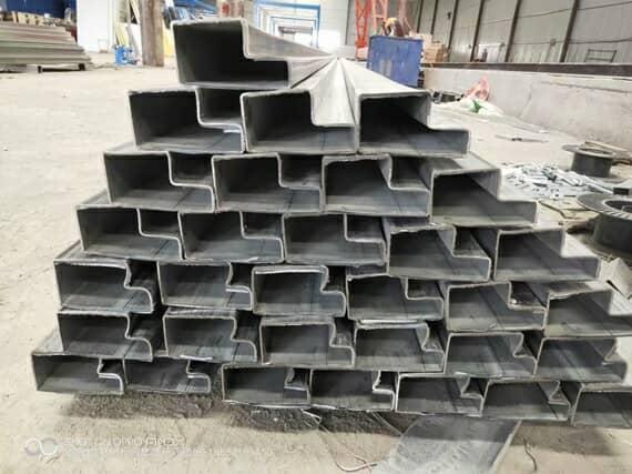 待切割整齐的折叠集装箱活动房门框料图
