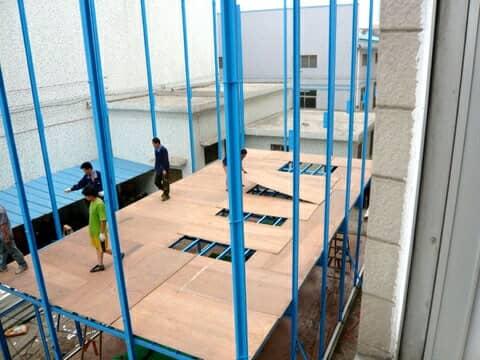 板房安装楼面多层木板图