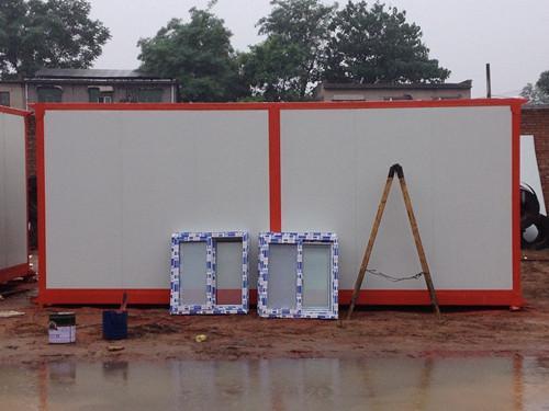 橘红色箱房