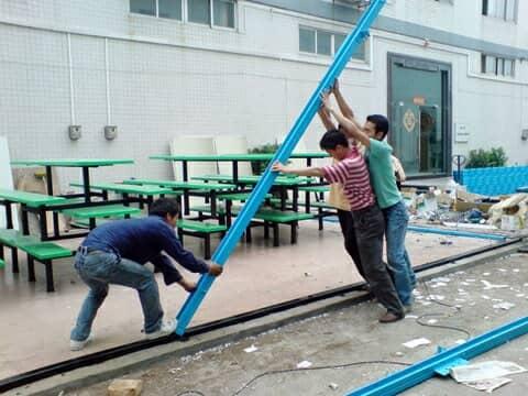安装师傅正在立活动板房钢架立柱图