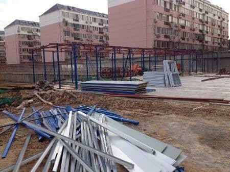 安装施工中的K式活动房结构钢骨架造型图片