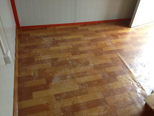 铺了地板革的箱房室内效果