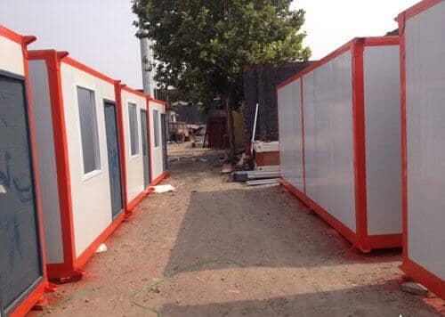红色框架,白色墙面板的尼木县住人集装箱活动房