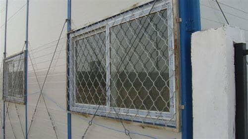 塑钢窗户安装完毕后,加装上防护网