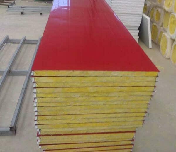 红色彩钢板成为农村新风景