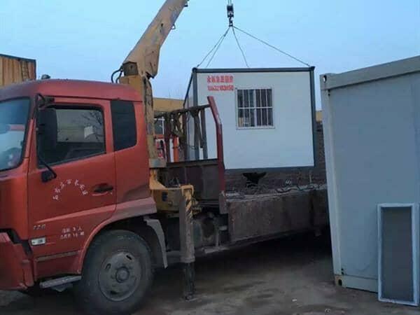 工人住进集装箱 工地到哪家到哪