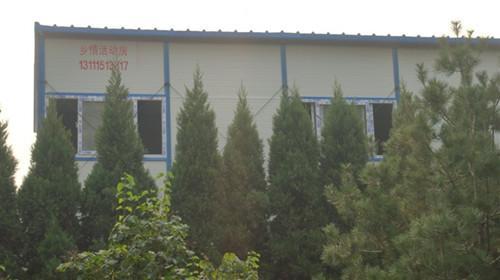 移动活动房与绿色的树木为伴