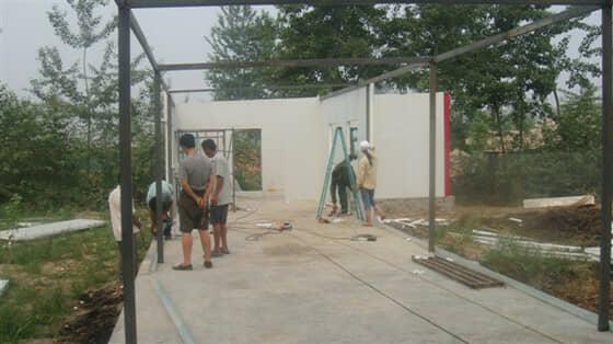 房屋结构为室内钢架,外面铺设彩钢板图