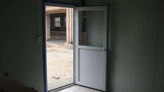 门为白色塑钢平开门,门框套为蓝色