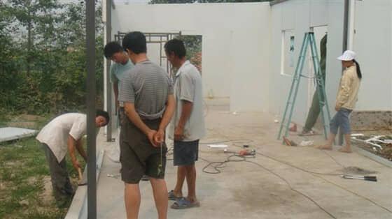 房屋框架外面铺设U型彩钢地槽图