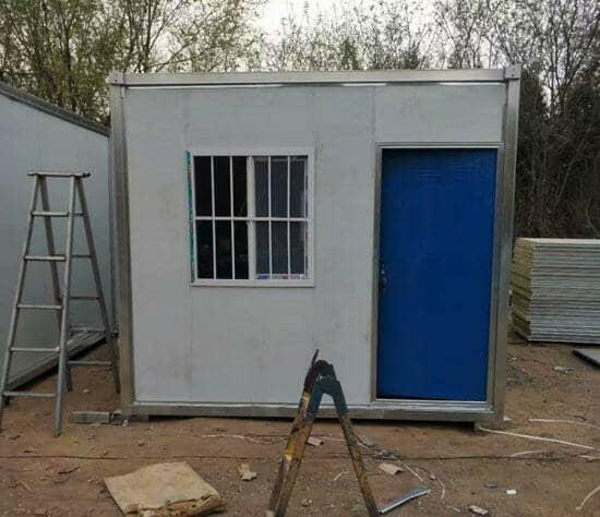 窗户为带防盗网的,门为蓝色防盗门