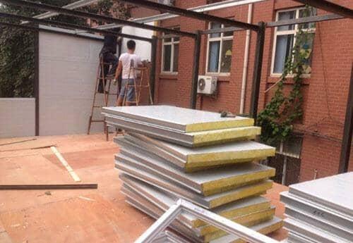 安装活动房隔断板