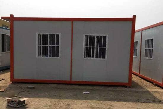 背面带两个带防盗网的住人集装箱活动房