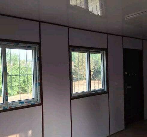 瓦楞钢板集装箱活动房标配为一门两窗