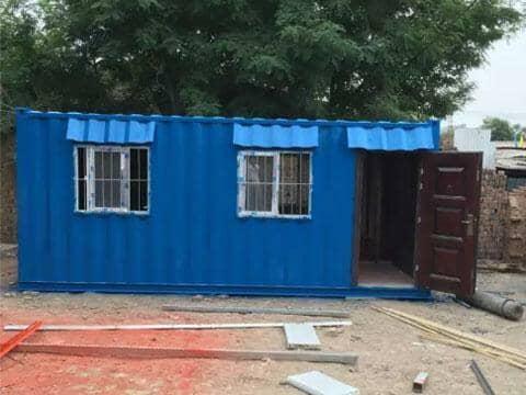 蓝色带防盗网的钢板集装箱房屋