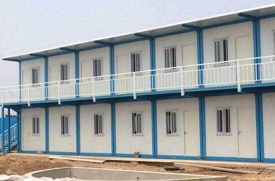 白色的走廊护栏可以有效防护行人的安全