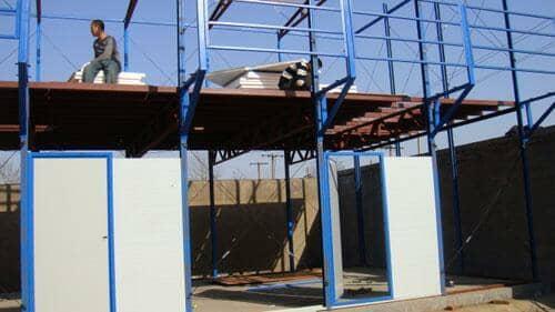 每间房屋标配为两个塑钢窗及一个彩钢板门