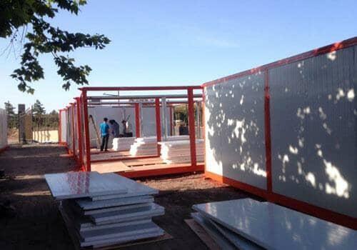 住人集装箱活动房安装墙面板
