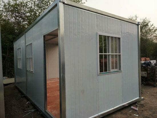 银色框架,白色彩钢板组合的住人集装箱活动房图