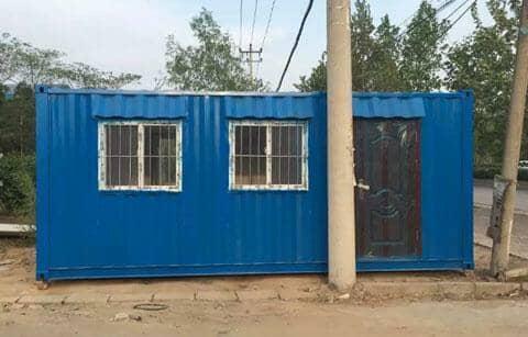 蓝色右门左窗的钢板集装箱房屋