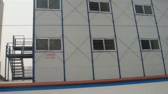 三层雅致活动房背面为高度9块彩钢板