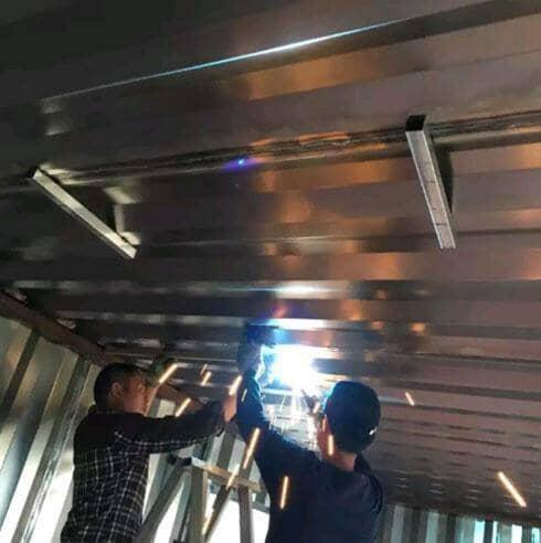 瓦楞钢板集装箱活动房吊顶施工现场