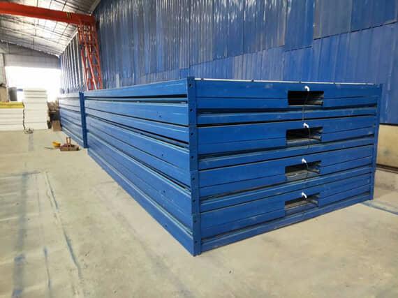 压缩堆放的集装箱房