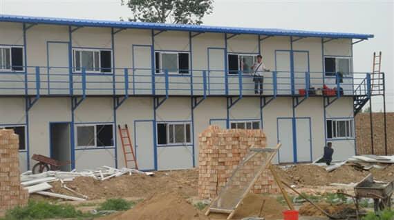 白墙蓝顶的活动房图