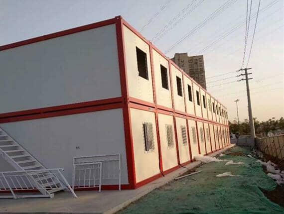 白色山墙楼梯搭配铁红色框架集装箱活动房,真是绝配