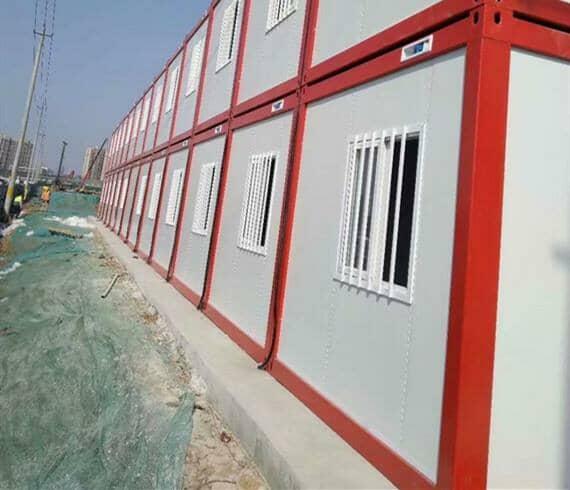 上下两层各12间,两层总计24间打包式集装箱活动房
