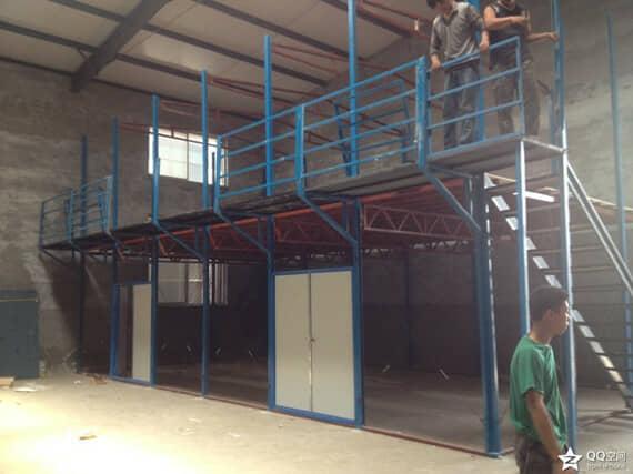 一层大厅为双开彩钢板门