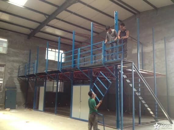 楼梯为直通式花纹板楼梯