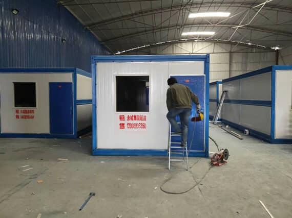 安装一个折叠集装箱活动房只需3--5分钟