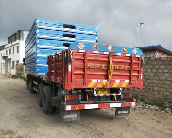 6米的货车一次性可以运输6-7套折叠式集装箱活动房