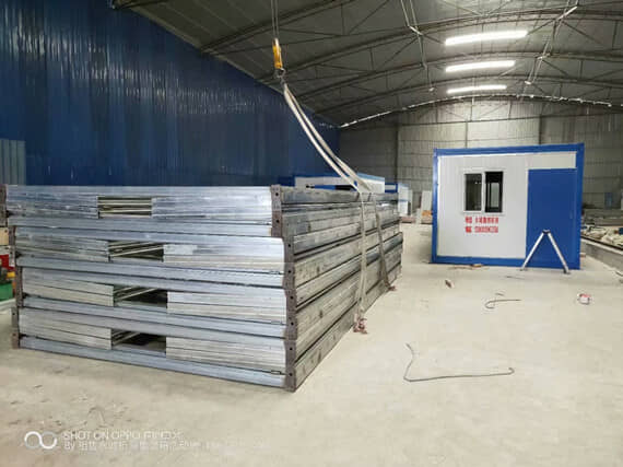 等待喷涂油漆的折叠集装箱活动房框架