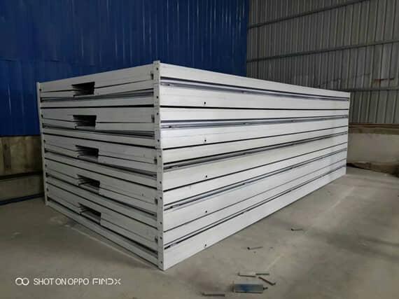 白色折叠好的集装箱活动房