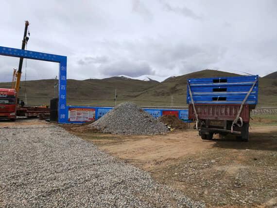 6米的随车吊货车运输3套折叠式集装箱活动房