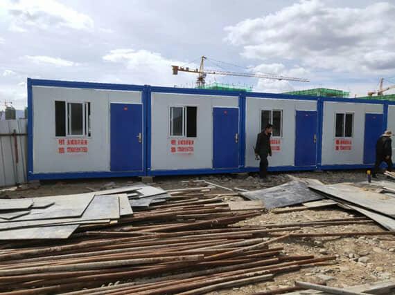 折叠式集装箱活动房正面为一个门与一个窗户