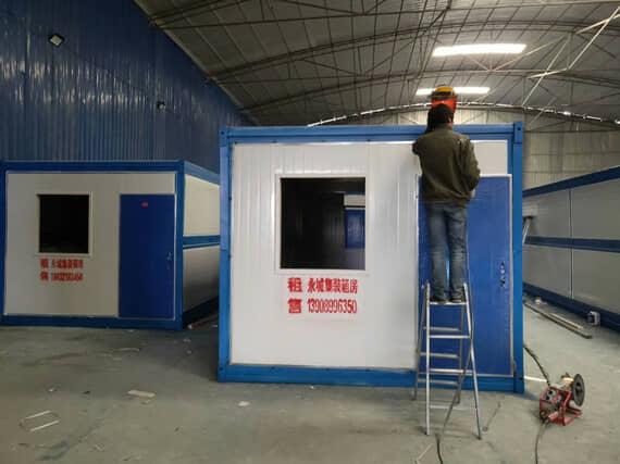 正在厂房车间生产的折叠式集装箱活动房
