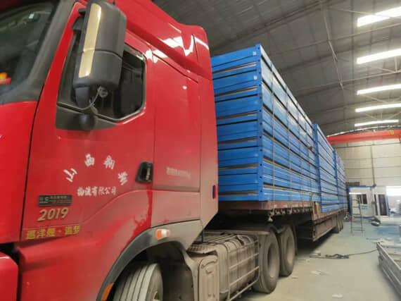 一个17.5米的大平板货车一次性运输20套折叠箱式活动房