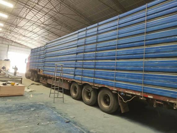 17.5米的大货车一次性可以运输20套折叠箱式活动房