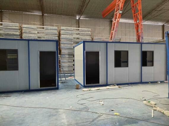 集装箱活动房正面一个门与两个窗户图
