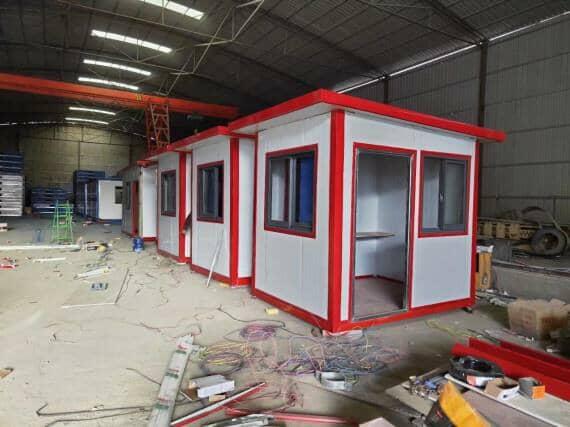 白色的墙面,红色的屋顶彩钢活动房
